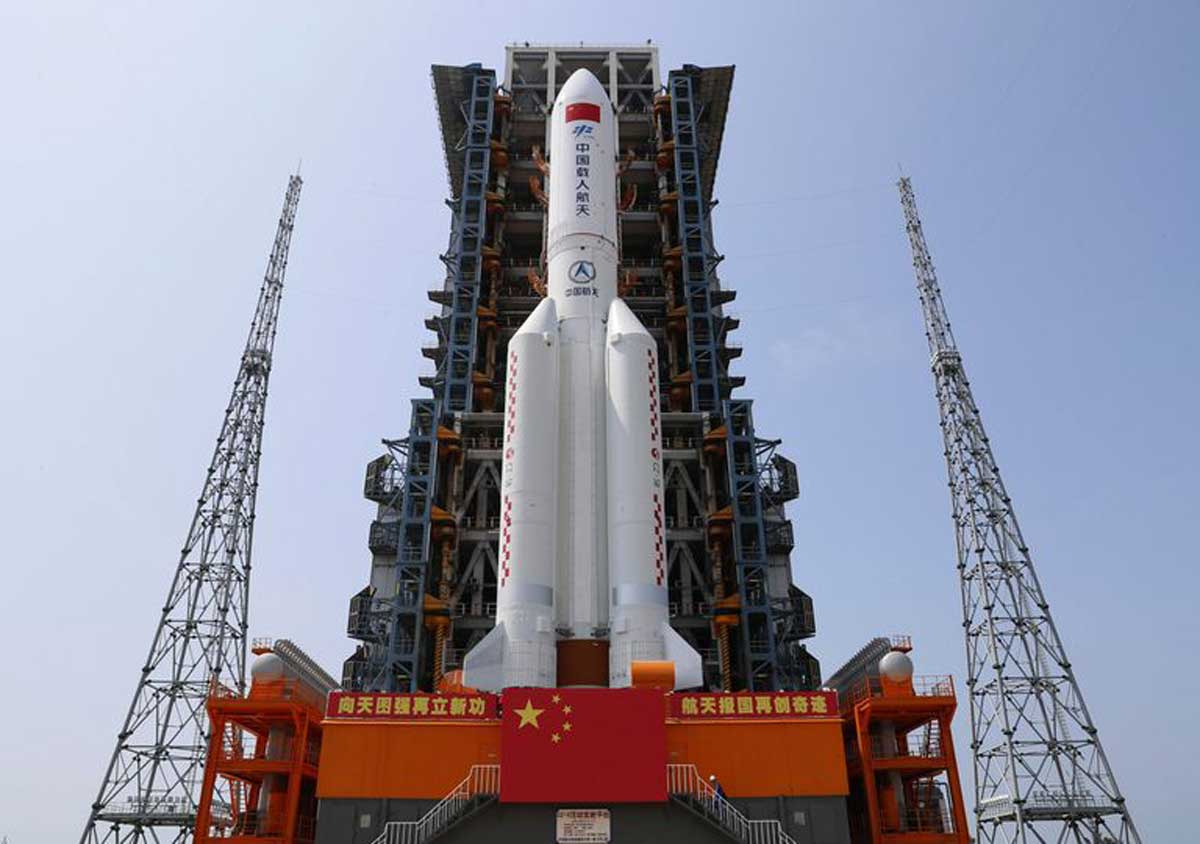 """Tiangong : le module central de la station spatiale chinoise """"Tianhe"""" à bord de la fusée Longue Marche-5B Y2. Crédits : Guo Wenbin/Xinhua via AP."""