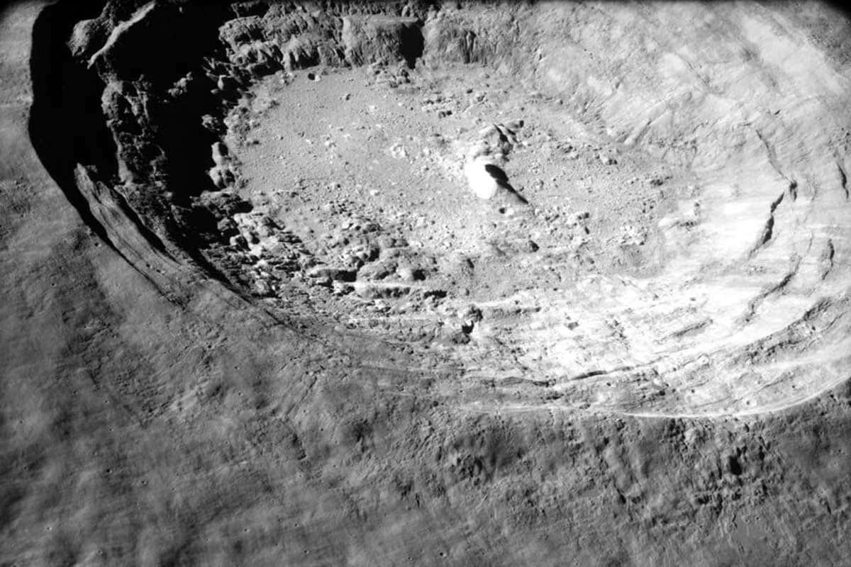 Aristarchus est un cratère d'un diamètre de 40 kilomètres et d'une profondeur de seulement 3,7 kilomètres.