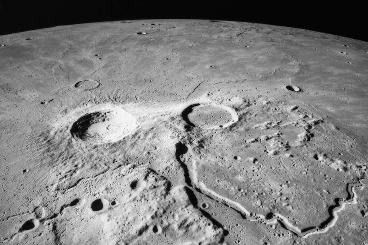 Selon le professeur Stanyukovich, une météorite doit pénétrer dans la Lune à une profondeur égale à quatre ou cinq fois son propre diamètre. Ce n'est pas le cas à la surface du satellite, où la profondeur maximale des cratères est inférieure à quatre kilomètres.