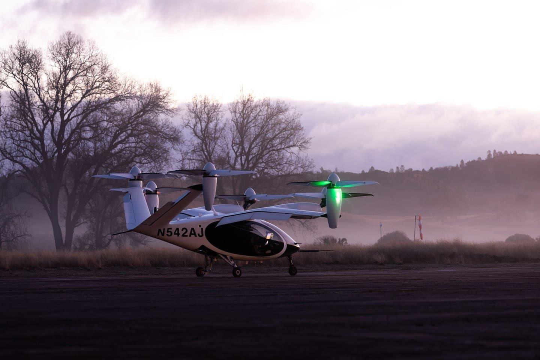 Photo fournie par Joby Aviation montrant l'avion à décollage et atterrissage vertical électrique (eVTOL) sur la base de vol électrique de la société près de Big Sur, en Californie (États-Unis).